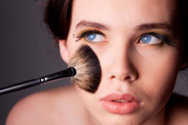 Como aplicar corrector en el rostro